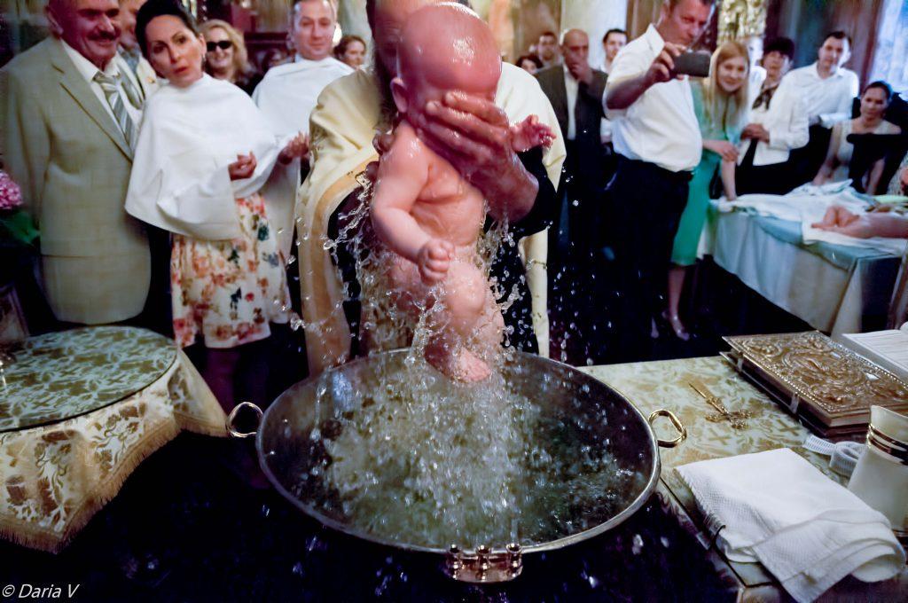 fotografie de botez bebelusul scos din apa