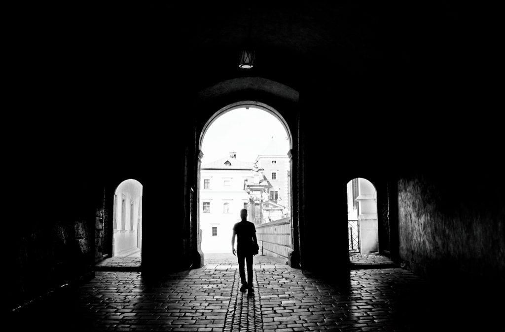 fotografie artistica de strada cu om in umbra