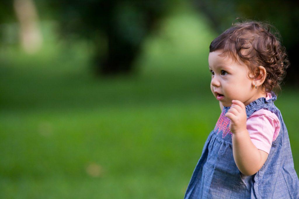foto copii portret bebelus cu fundal verde