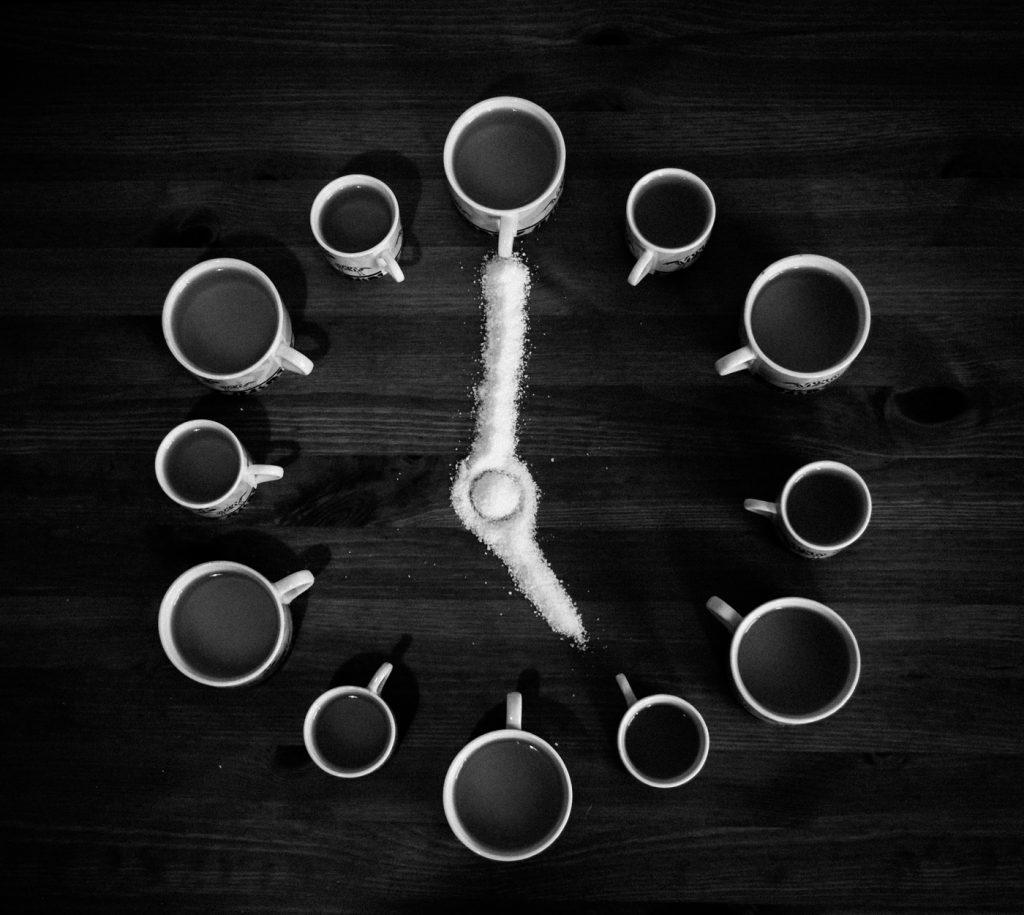 fotografie artistica still life cu cesti de cafea in forma de ceas