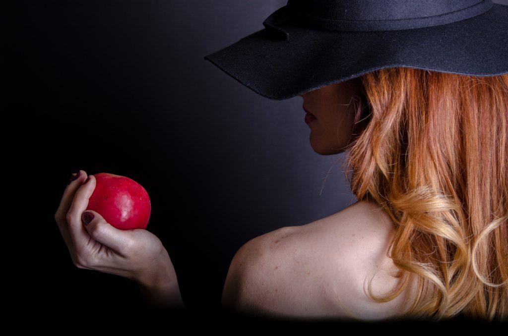 fotografie artistica portret de femeie cu mar