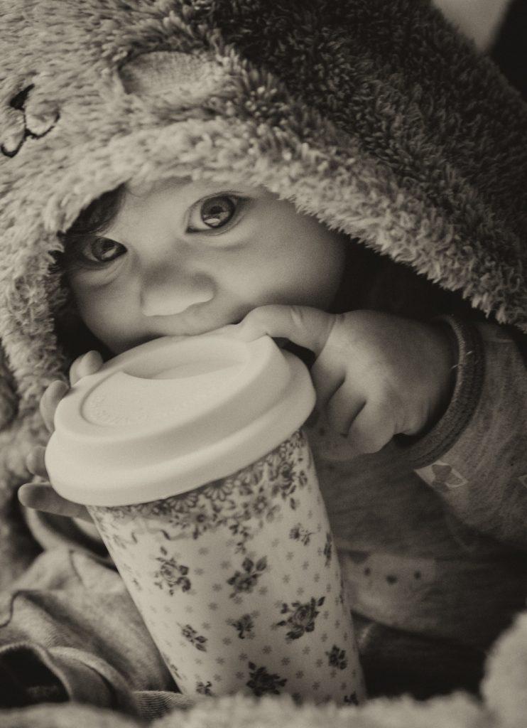 foto copii portret bebelus cu cana termoizolanta