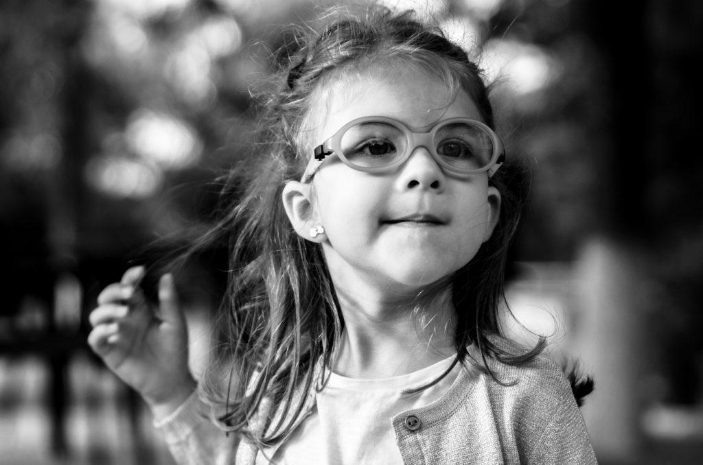 foto copii portret fetita alb negru