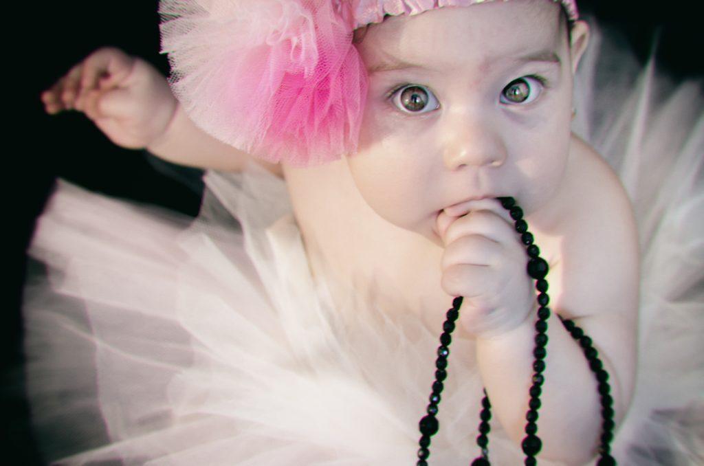 foto copii portret fetita cu margele