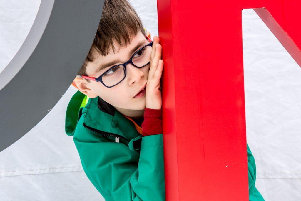 foto copii portret baietel cu ochelari
