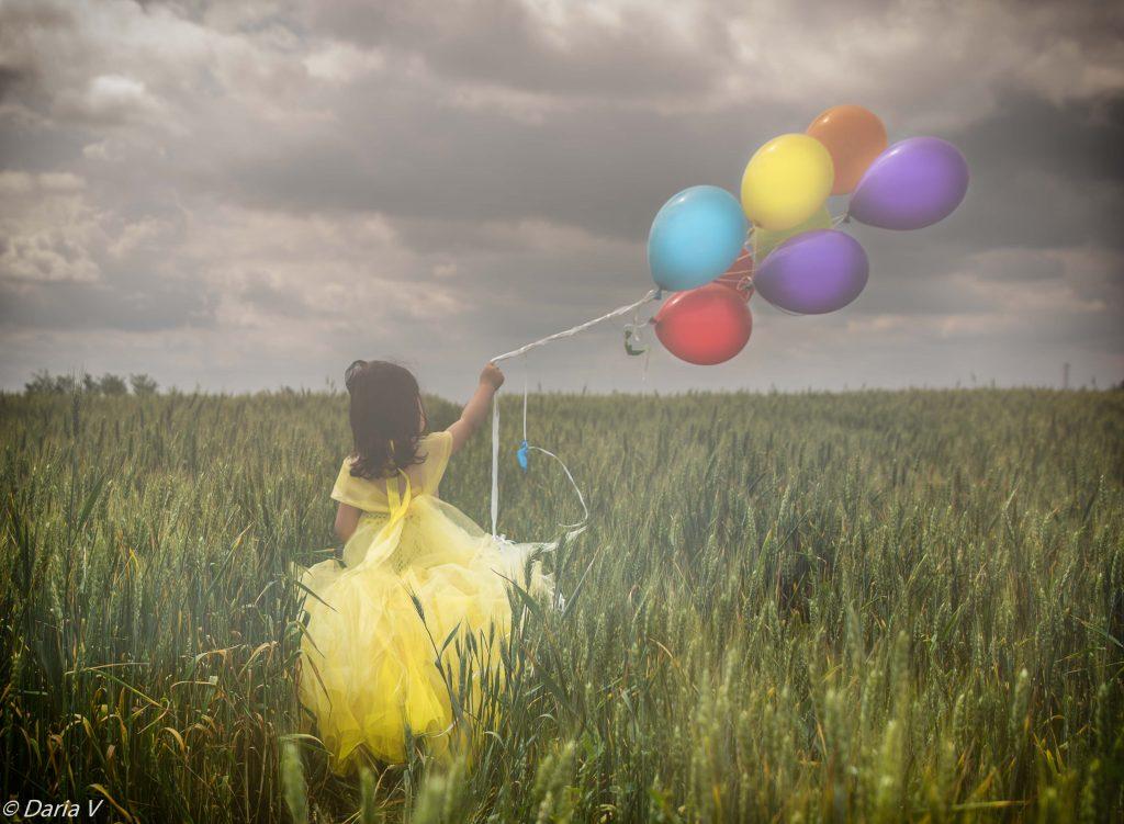 foto copii portret fetita cu baloane in lanul de grau